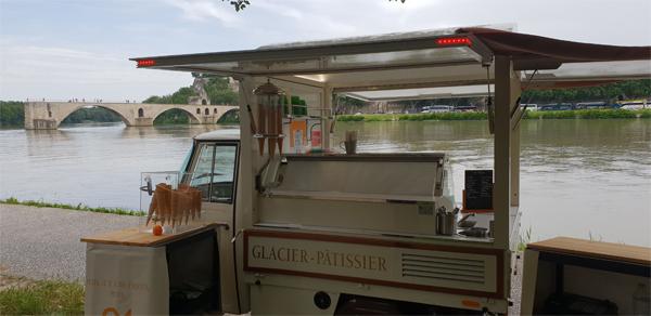 Glacier GM Pont d'Avignon triporteur à glace